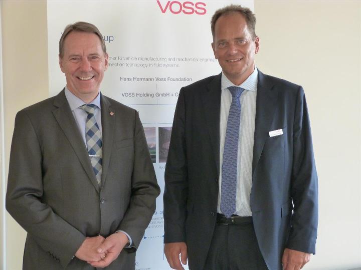 """Gast der """"Langen Nacht der Industrie"""": Jochen Hagt (links), Landrat des Oberbergischen Kreises, mit Dr. Thomas Röthig, Geschäfts"""
