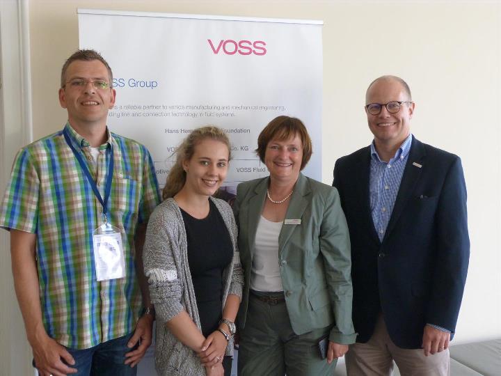 """Besucher der """"Langen Nacht der Industrie"""" bei VOSS Automotive mit Fred Arnulf Busen, Sprecher der Akzeptanz-Offensive (rechts),"""