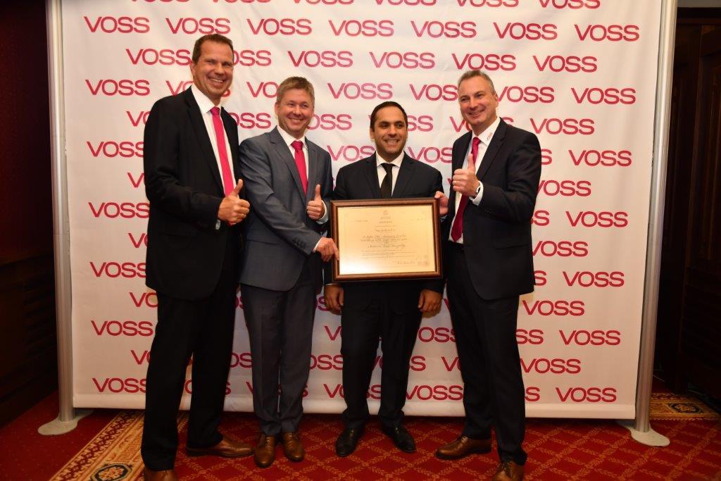 """Der bulgarische Wirtschaftsminister Emil Karanikolov überreicht VOSS Automotive das Zertifikat """"Class-A-Investor""""."""